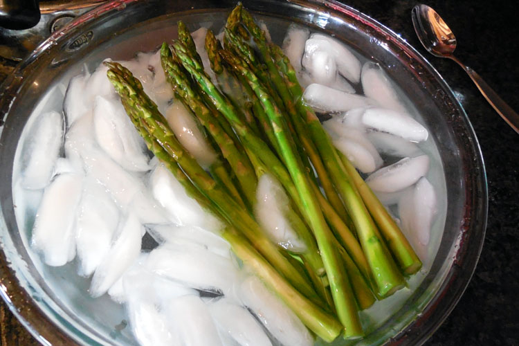 asparagus on ice, asparagus appetizer, asparagus recipe, asparagus with Brie and Prosciutto, prosciutto wrapped asparagus