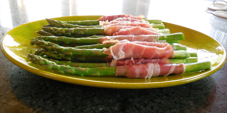 asparagus appetizer, asparagus recipe, asparagus with Brie and Prosciutto, prosciutto wrapped asparagus