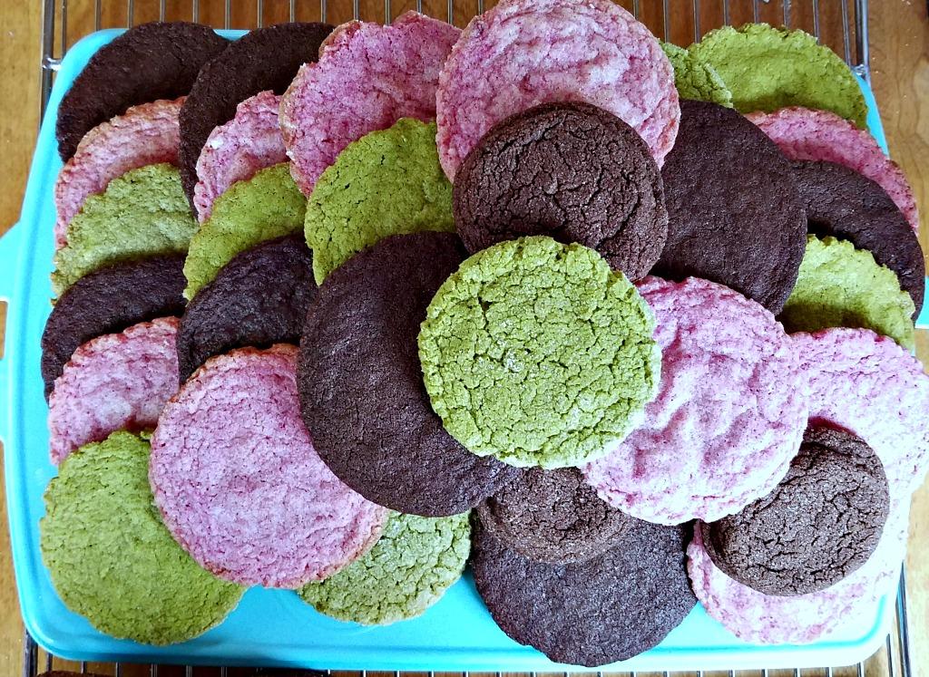 colorful sugar cookies, sugar cookies, natural dyes, sugar cookie recipe, chocolate sugar cookies