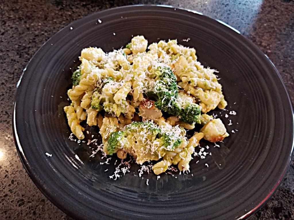 pasta with avocado, broccoli and scallops